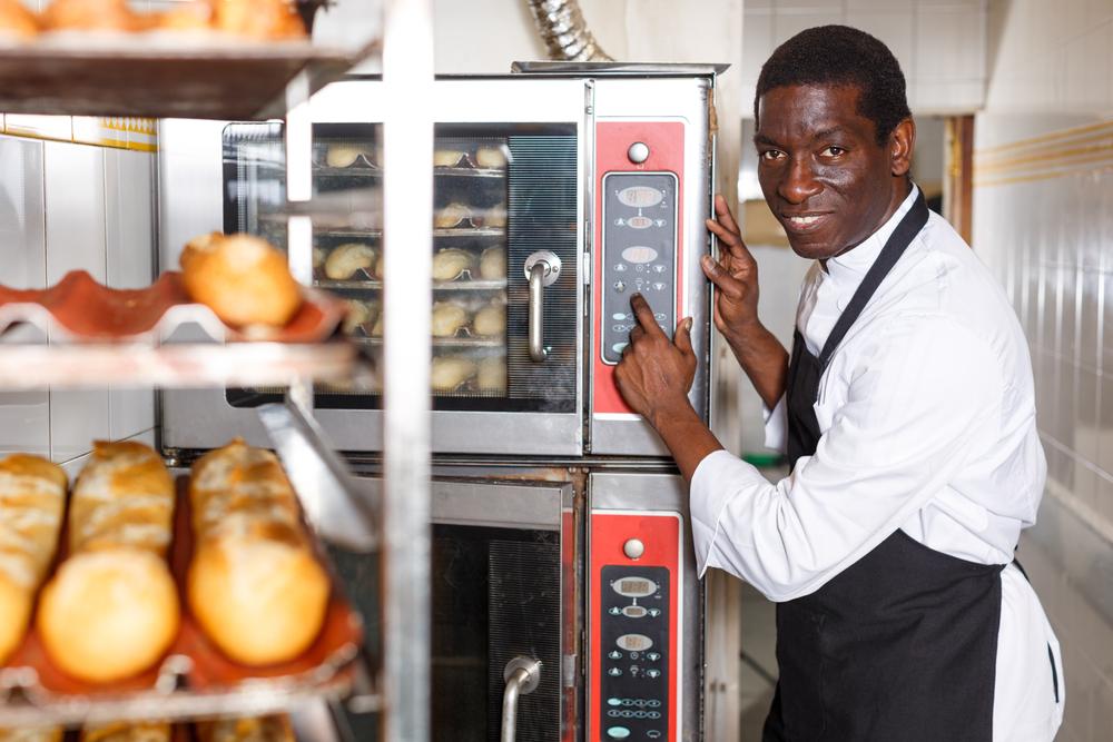 Boulanger et son four professionnel